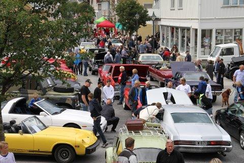 TRIVELIG BILTREFF: Storgata blir stengt på Bilens Dag der alle med sportsbiler og veteraner får gratis bevertning hvis de stiller med bil. Bildet er fra treffet i 2015.