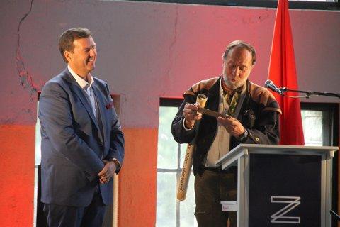 JUBILEUMSGAVER: Tor Nicolaysen overrakte både Jens Anton Paulssons skolepennal og Claus Helbergs bevis på deltakelse i Fremmedlegionen til daglig leder ved NIA Runar Lia.