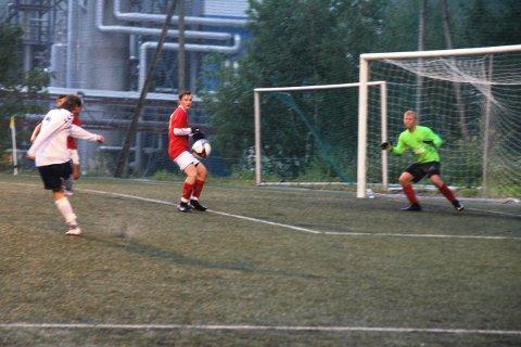 4-0: Jonas Persson setter inn 4-0, og med det er Heddal rett og slett slått i det som tilslutt ble 7-2 seier.