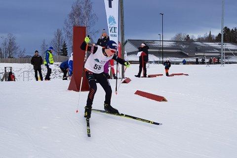 I FARTA: Tov Røysland ut fra start i KM søndag. Den observante vil se at Tinn Sparebank flagger i Vestfold. Tinn-banken er nemlig sponsor for Telemark og Vestfols Skiskytterkrets.