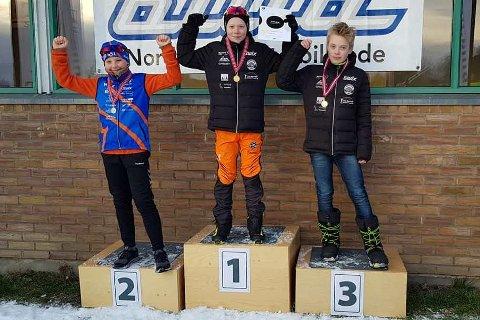 TINN-PALL: Tov Røysland (i midten) gikk til topps i KM på Normaldistanse, noe han også gjorde i sprint på søndag, mens Knut Eintveit (t.v.) inntok 3. plassen lørdag. Han deltok ikke søndag. Anders Aasen Haugen fra Bø SSL ble nr. 2.