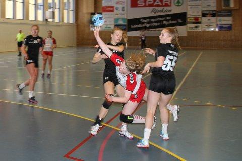 SKAL I MÅL! Carmen Zcimarzceck på Jenter 16 går uredd til verks mot de store Vikersund-jentene. Mål skal det bli!