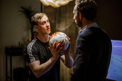 MER Å HENTE: Rollefigurene til Morten Ramm og Mikkel Bratt Silseth finner hverandre i den nye norske komedien Swingers.