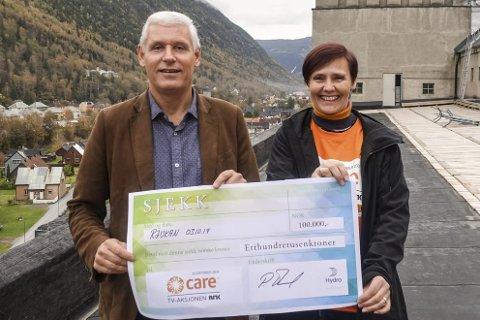 BIDRO: -Tusen takk for den store sjekken, sier Åshild Langeland når hun får hun sjekken fra kraftverksjef Pål Thorud - 100 000 kroner overrekker, som deres bidrag til årets TV-aksjon.