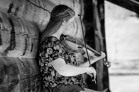 Kommer: Birgit Haukås spiller under messa i Dal kirke.
