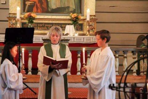 Sokneprest Kristin Fæhn hadde sin avskjedsgudstjeneste i en fullsatt Atrå kirke. (foto Terje Paulsen)