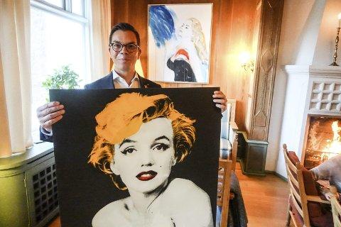 IKON: Marilyn Monroe tar seg flott ut i Unni Askelands versjon. I bakgrunnen henger Anita Ekeberg fra La dolce vita. Kenneth Kvam Tangen på Admini håper at det kommer mange damer og ser på damene i helga.