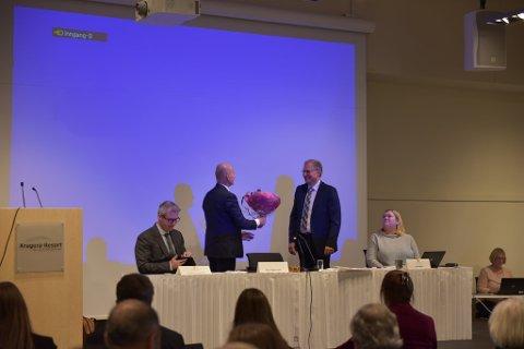 VALGT: Terje Riis-Johansen (Sp) ble overrakt blomster da han ble valgt til den første fylkesordfører for Telemark og Vestfold fylkeskommune.