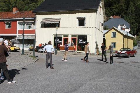 """FILMET PÅ RJUKAN: Samtalen da det var full ståhei og filming ved """"Bar Baharat"""" nederst i Storgata på Rjukan."""