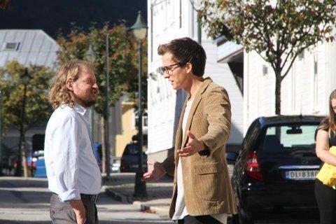FRUSTRET: Hovedrolleinnehaver Bejamin (Thomas Ottersen) har reist til en by der han ikke er kjent, men opplever å bli tilsnakket til av en rekke personer som gir seg ut for å kjenne ham, her taxisjåfør Lars Reynert Olsen.