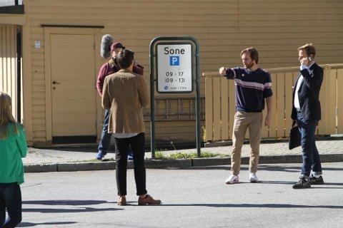 REGISSØREN DIRIGERER: Her ser du Daniel Paida Larsen instruere hovedrolleinnehaver Thomas Ottersen i september 2016.