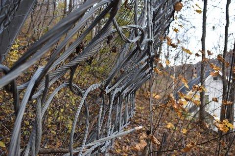 NETT: Bildet viser deler av dagens sikringsgjerde i lia ved Skriugata.
