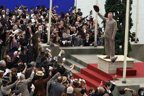 AMUNDSENS HELT: Fridtjof Nansen som fremstilt i Amundsen-filmen, spilt av Trond Espen Seim, var den store inspiratoren for Roald Amundsen. Her fra en hjemkomst i Oslo.