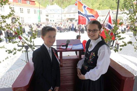 FØRSTE GANG: Halvor Midtgarden og Turid Lindtvedt fra 6-trinnet  hadde forberedt seg godt. Sammen holdt de 17.mai talen på Rjukan torg.