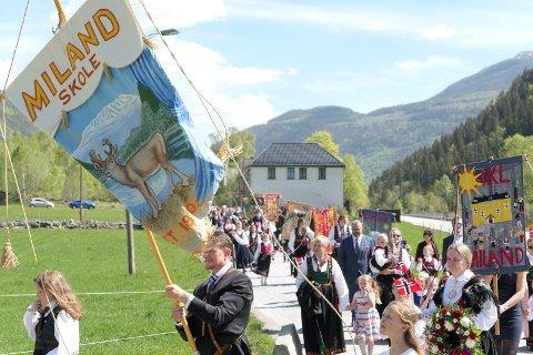 VIND: Vinden rusket i faner og flagg, men sola skinte på barnetoget.