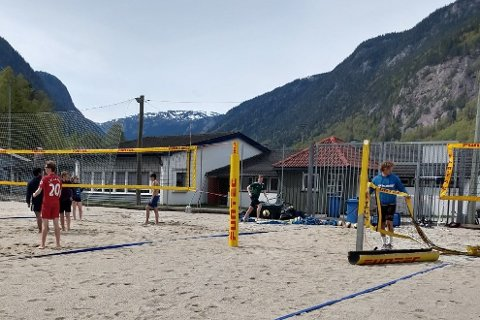 GJORDE SANDBANEN SESONGKLAR: Nestleder i volleyballgruppa Jan Erik Moen (t.h.) var primus for å gjøre Rjukan Sandbane ved stadion klar for en ny sommersesong.