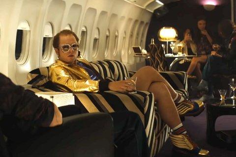 ROCKETMAN: Taron Egerton får massivt skryt for sin rolle som den flamboyante singer-songwriteren Elton John. 29. mai er det norsk premiere.