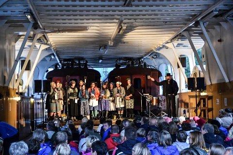 ALLSANG: Mandag inviterer Agitato til allsang på Eldres Hus. Damene i koret har etterhvert fått bred erfaring på scenen. Her fra Fotspor 2016 på Storegut.