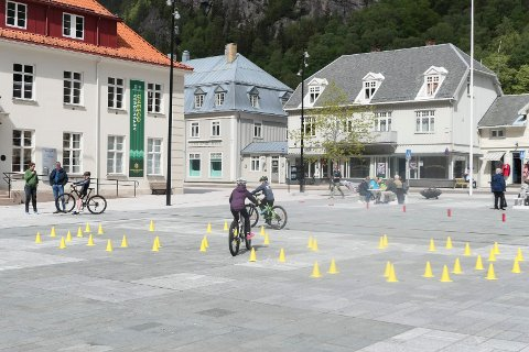 """SIKKER PÅ SYKKEL: NAF Rjukan og Omegn arrangerte  lørdag distriktfinale """"Sikker på sykkel""""  i samarbeid med skolene i Tinn. Her rett før start. Deltakerne får prøve seg i løypa."""