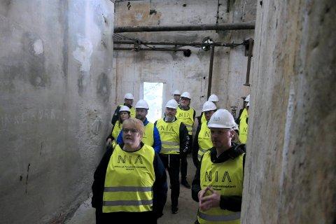 KULTURMINISTEREN: Kulturminister Trine Skei Grande (V) i ruinene av tungtvannskjelleren i slutten av april 2019.