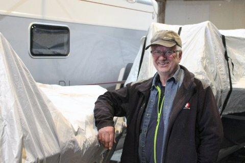 HÅPER PÅ MYE FINT: - Vi pleier å få inn mye fint, og det håper vi på i år også. Nå har du muligheten til å levere i fire dager, sier John Ausland i Rjukan Lionsklubb.
