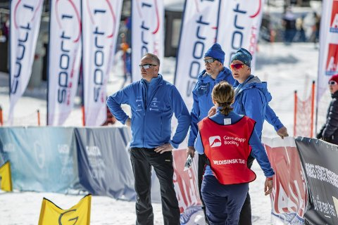 Kontroll: Fjellguten Skilags Sigmund Haugen (t.h) kunne tilfredsstillende følge VM i telemark i den visshet om at arrangementet gikk på skinner, og at pengene trillet inn.