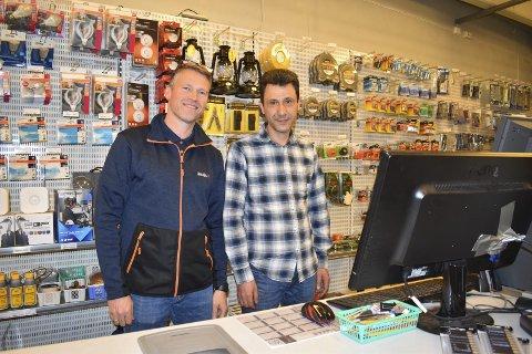 Bak kassa: Rune Hagaeie og Osama Khalid Almalt bak disken i andre etasje hos Jernia. -Det hjelper meg til å lære bra norsk, forteller Almalt, som jobber i butikken via NAV språk- og arbeidspraksis.