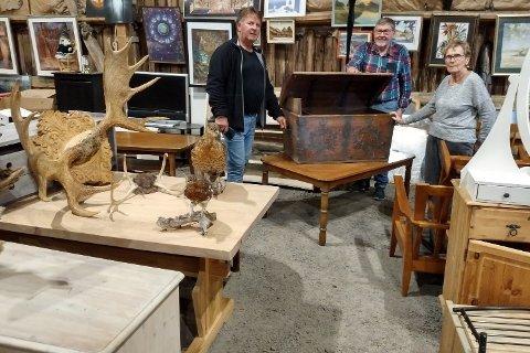 MYE FINT: Øystein Bekkeli, Thorleif Jenssen og Randi Jenssen ser fram til å åpne Lions loppemarked lørdag, der blant annet denne gamle kista har kommet inn.