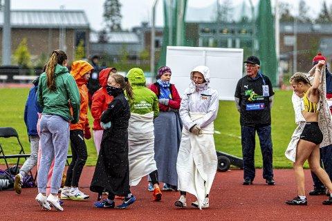SATSER: Malene Storøygard er veldig motivert for videre satsing på friidrett ettersom det har gått så bra i år, Dette bilder viser hvilke håpløs forhold som rådet under lørdagens spydkonkurranse.