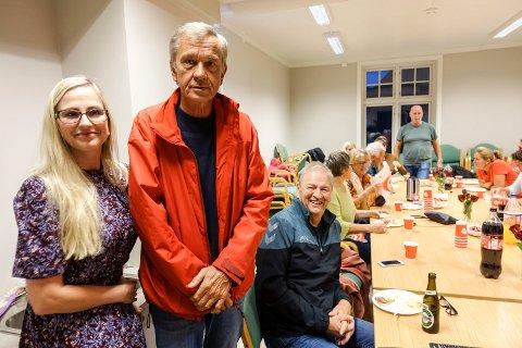 FYLKESTING: Birger Hovden ser ut til å bli Tinns eneste representant i det nye fylkestinget. Her fra valgkvelden på Såheim Folkets Hus  med Kathrine Haatvedt og Vidar Stang.