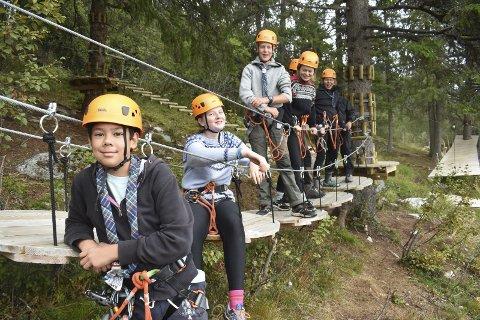FORNØYD: Speidere fra Tønsberg testet klatreparken tidligere i september.  Philip(foran) Eyrian, Martin og de andre sprekingene var  fornøyd med utfordringene, ikke minst sabotør-temaet. Nå varsler eier at han vil utvide tilbudet.
