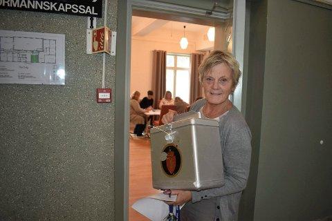 VALG: Rekordmange har forehåndsstemt i Tinn. Her er formannskapssekretær Inger Britt Meland med en tom stemmeurne. Tellekorpset sorterer forhåndsstemmer i bakgrunnen.