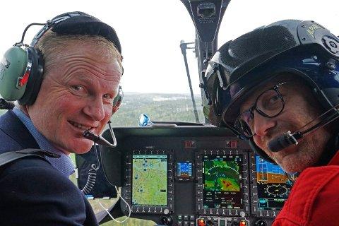 Stiftelsen Norsk Luftambulanse har utviklet sine egne «veier» i luften, noe som gjør at de kan fly mer direkte til ulykkesstedene. Ambulanseflyger Erik Normann demonstrerer prosedyrene for stortingsrepresentant Erlend Larsen.
