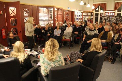 TIDLIGERE ARRANGEMENT: Et tidligere arrangement der Aasne Linnestå var med i panelet i lesesalen på Rjukan Bibliotek.