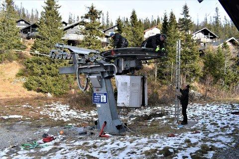 HEIS: Heisen ved Tinn-løypa får en overhaling.  Dette er er en del av vedlikeholdet som jevnlig utføres på heisene i Gausta Skisenter. Her er  Ketil Faukland og Trond Stavrum oppe på selve heisen  og Jaka Macek er bakkemannskap.
