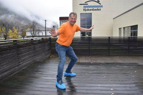 VIL SURFE INN MOT 20 ÅRS JUBILEET:  - Vi ønsker å utvikle Rjukanbadet gjennom fornyelse og nye aktiviteter. Et surfeanlegg har vi stor tro kan bidra til å bedre økonomien ved å løfte dagens besøk på 60 000 personer til 70 000 besøkende, sier Jan Andresen, daglig leder på Rjukanbadet. Omtrent slik håper han mange kan innta stillingen med på badet i framtida..