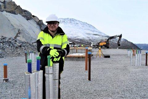 """AKTIV ARKITEKT:  Jens - Reinert Bjarøy (74) har tegnet og delevis finanisert fritidsleilighetene som skal reise seg på denne tomta. - Jeg er veldig """"hands on"""" og jobber raskt. I den forbindelse må jeg si at Tinn kommune har vært helt fantastiske å jobbe med, sier skiensgutten som utdannet seg i Sveits."""