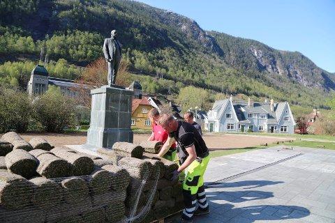 TORGPLEN: Fire medarbeidere i entreprenørfirmaet NOCO å rullet ut 800 kvadratmeter med gressplen på sørsiden av Rjukan torg i 2016.