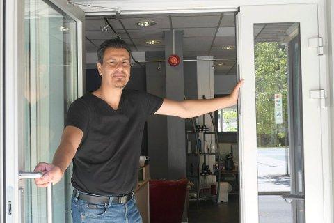 ÅPNET: Det er to år siden Abdallah åpnet dørene til Scolopendra frisør. Nå er salongen stengt.