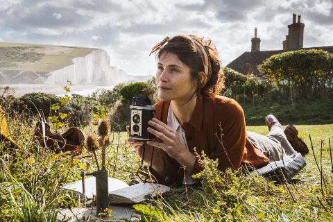 SUMMERLAND: Forfatteren Alice (Gemma Arterton) er en sterk og selvstendig kvinne som bor rett ved Dovers hvite klipper  under den 2. verdenskrig, som opplever at kjærligheten lever selv i krig.