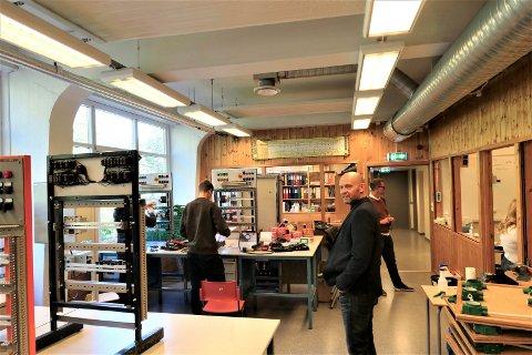 ELEKTRO:  - Vi har for mange tilbud med for lav oppslutning. Dette er en utfordring ikke bare for Rjukan, men for flere skoler i fylket, sier Helge Galdal, direktør for opplæring og folkehelse i Vestfold og Telemark fylkeskommune. Her besøker han elektroklassen på Rjukan vgs i slutten av september - sammen med hovedutvalgslederen i fylket.