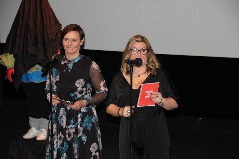GLEDER SEG: Frivilligsentralens Åshild Langeland og kultursjef Marit Kvitne gelder seg til en ny prisutdeling 4. desember.