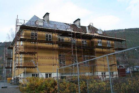 Kommunedirektøren foreslår å legge ned Miland skole. Her fra skifte av tak i 2014.