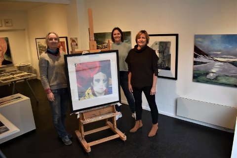"""AUKSJON FERDIG: - Et flott bilde, sier Brit Houge (th) , som fikk tilslaget da bildet """"Klimaaktivisten 1"""" gikk på auksjon. Fra venstre Liv Solberg Andersen - kunstneren bak bildet - og aksjonsleder Åshild Langeland."""