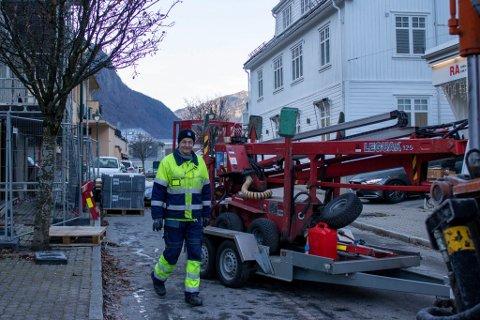 STORGATA: Ove Andersen var med og satt opp stolper i Storgata på 90-tallet, og er nå også med når de skal tas ned igjen. Mens liften er i bruk for å sikre vaiere for lampene, kan veien av og til bli stengt for trafikk.