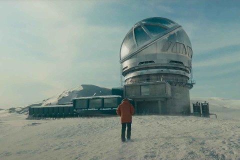 ALENE ETTER KATASTROFEEVAKUERING: George Clooney velger å bli værende på det avsidesliggende observatoriet, når en verdensomspennende katastrofe inntreffer.