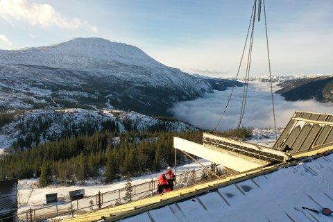 HÅNDVERKERE PÅ HØYDEN:  Rett før jul ble taket montert på Lodge bygg L - det tiende bygget i rekka. (alle foto A til Å Entreprenører)