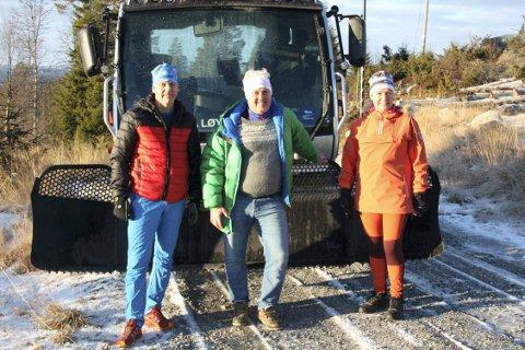 GLADE: Styreleder Johannes Haukaas, flankert av hytteeierne Øyvind og Grete Herbro var strålende fornøyd med den nye løypemaskinen.