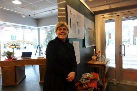 SAMLING I SENTRUM:  Brit Wesseltoft tar med seg Mannheimen utstillingen inn i Scolopendrahuset - i de tidligere frisørlokalene. Åpent hver lørdag fram til jul - dessuten signeres det bøker over en lav sko.