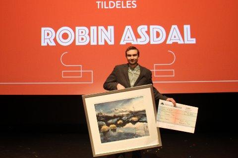 DEN YNGSTE: Robin Asdal (27) er den yngste som hittil har mottatt Rjukan Lions Hederspris for sin innasts. Han får prisen for å gjøre verdensarvbyen mer attraktiv med å fjerne trær busk og kratt rundt om i en overgrodd by.